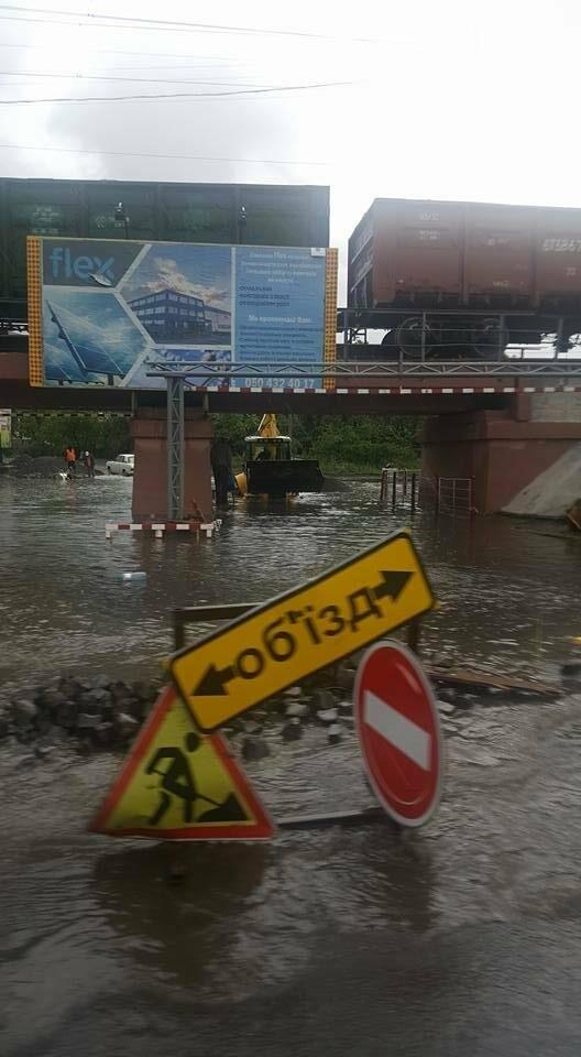 В Ужгороді сильна злива затопила дороги і тротуари: фото, відео, фото-2