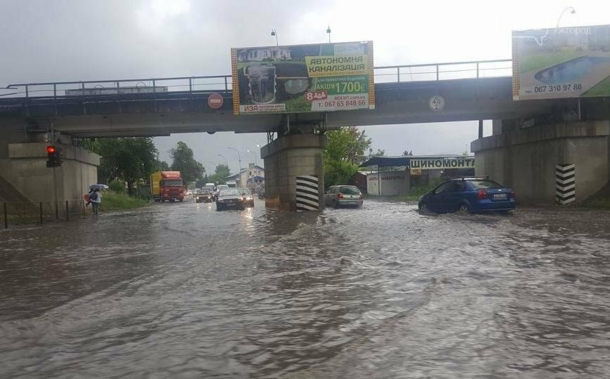 В Ужгороді сильна злива затопила дороги і тротуари: фото, відео, фото-3