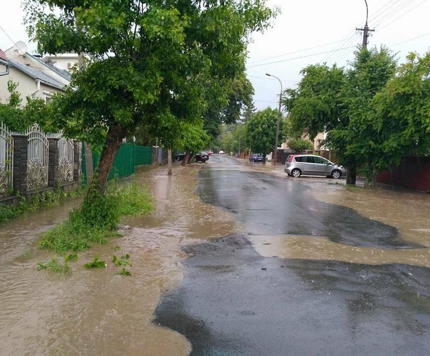 В Ужгороді сильна злива затопила дороги і тротуари: фото, відео, фото-6