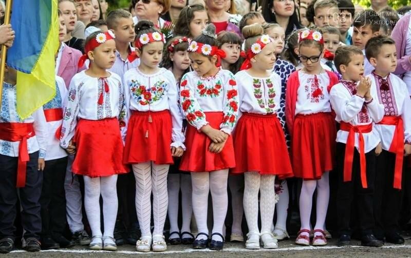 В ужгородській ЗОШ №6 пролунав останній дзвоник: фоторепортаж, фото-7