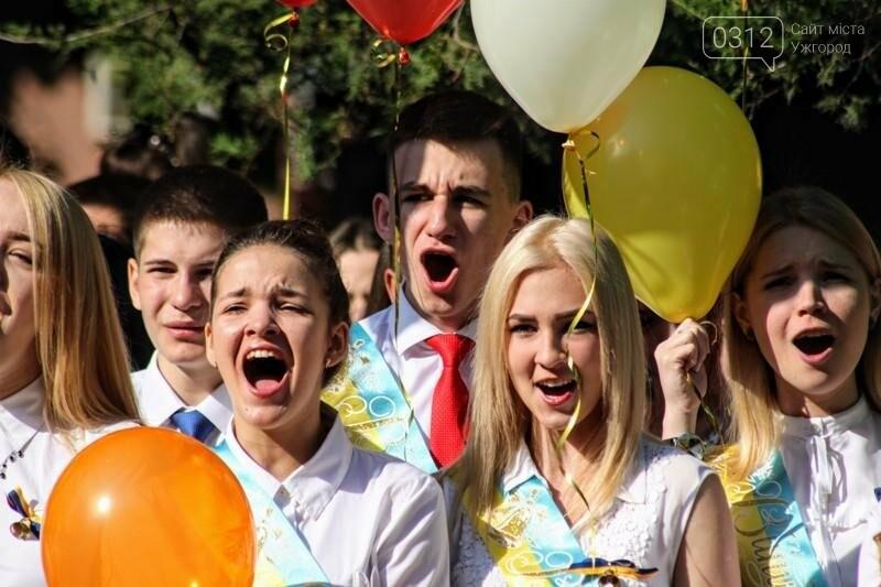 В ужгородській ЗОШ №6 пролунав останній дзвоник: фоторепортаж, фото-4