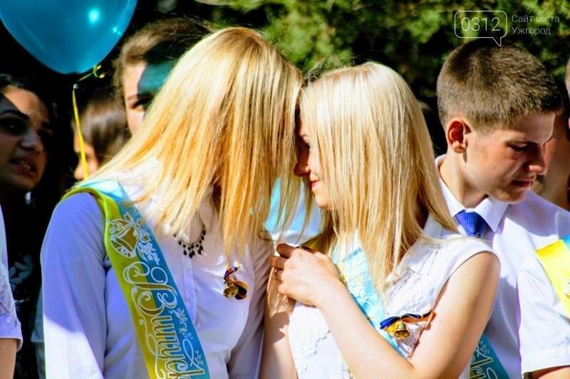 В ужгородській ЗОШ №6 пролунав останній дзвоник: фоторепортаж, фото-11