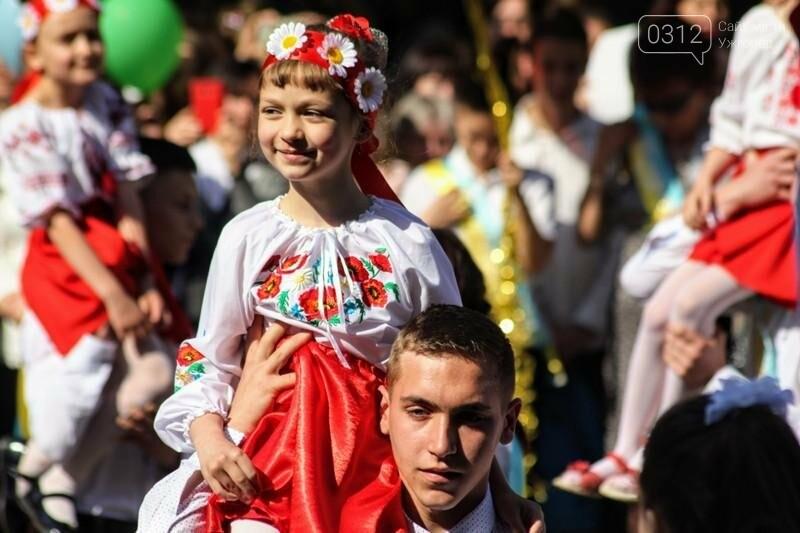В ужгородській ЗОШ №6 пролунав останній дзвоник: фоторепортаж, фото-6