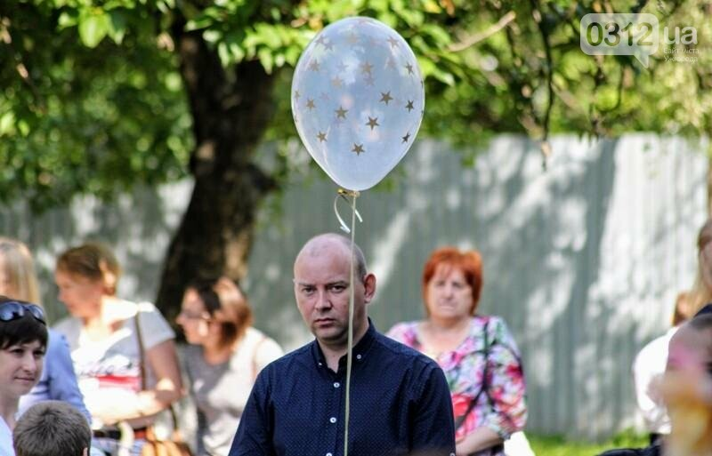 В ужгородській ЗОШ №6 пролунав останній дзвоник: фоторепортаж, фото-25