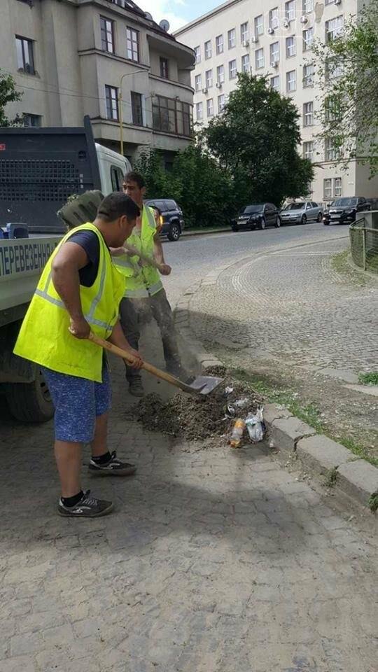"""Мерія похвалилася """"інтенсивною"""" роботою комунальників у центрі Ужгорода: фото, фото-3"""