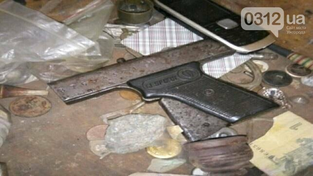 На Воловеччині чоловік у вітальній ховав 3 пістолети, гранати та ракетницю: фото , фото-2