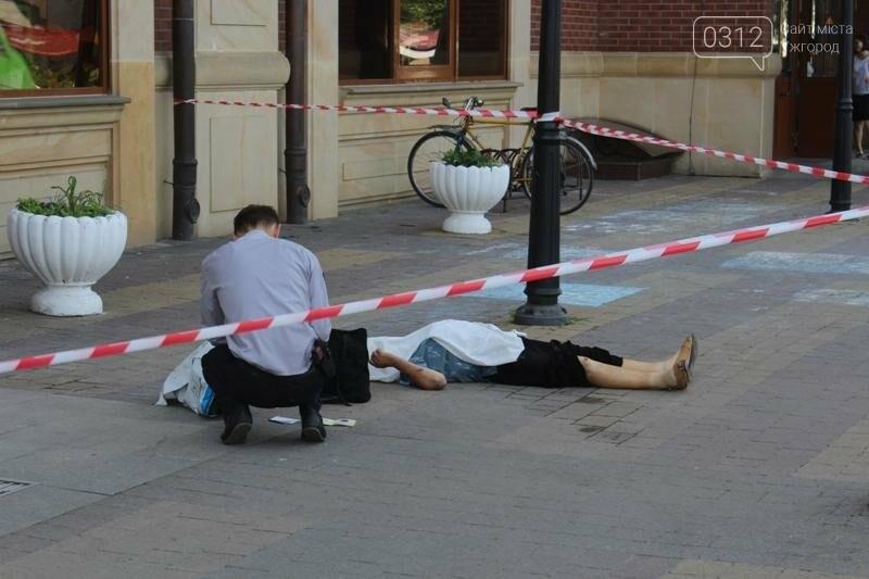 В Ужгороді біля входу у залізничний вокзал виявили тіло жінки: фото 18+, фото-2