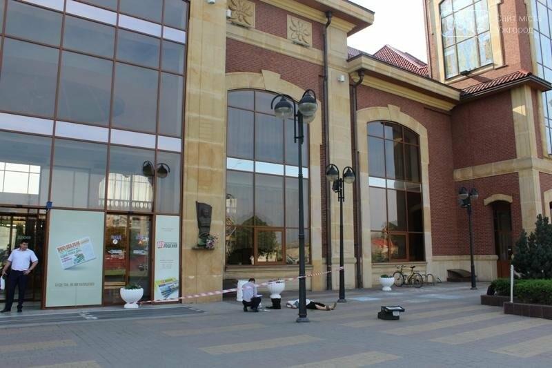В Ужгороді біля входу у залізничний вокзал виявили тіло жінки: фото 18+, фото-4