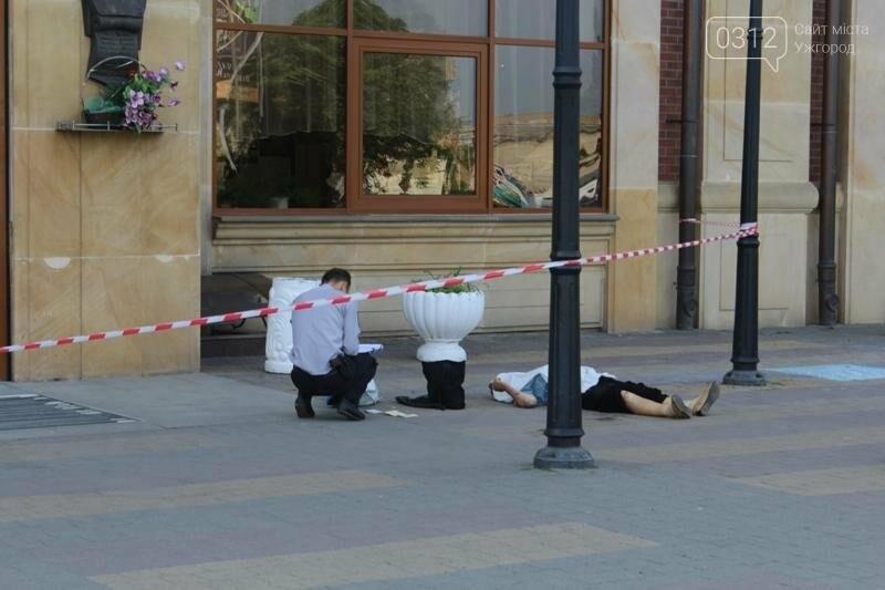 В Ужгороді біля входу у залізничний вокзал виявили тіло жінки: фото 18+, фото-1
