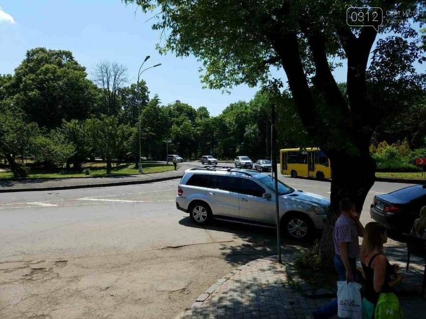 В Ужгороді горе-водій заблокував проїзну частину: фото, фото-3