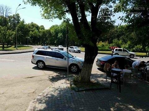 В Ужгороді горе-водій заблокував проїзну частину: фото, фото-1