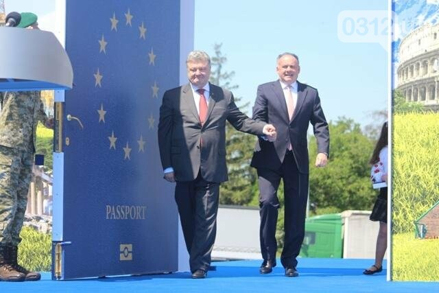 Як на кордоні в Ужгороді президент Порошенко двері у Європу відчиняв: фоторепортаж, фото-24