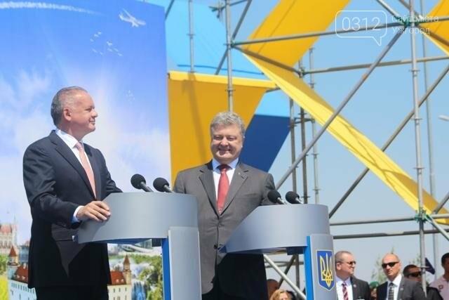 Як на кордоні в Ужгороді президент Порошенко двері у Європу відчиняв: фоторепортаж, фото-16