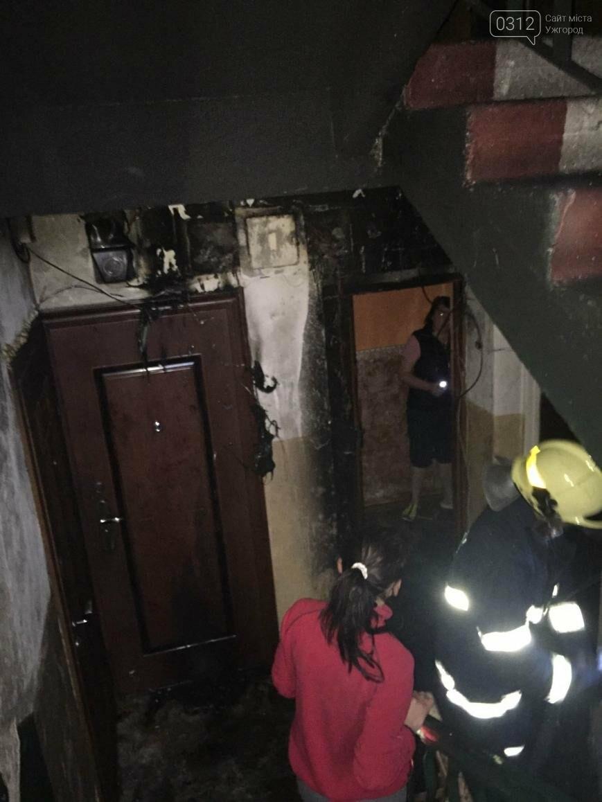 У Рахові з палаючої п'ятиповерхівки евакуювали 11 мешканців квартир: фото , фото-2