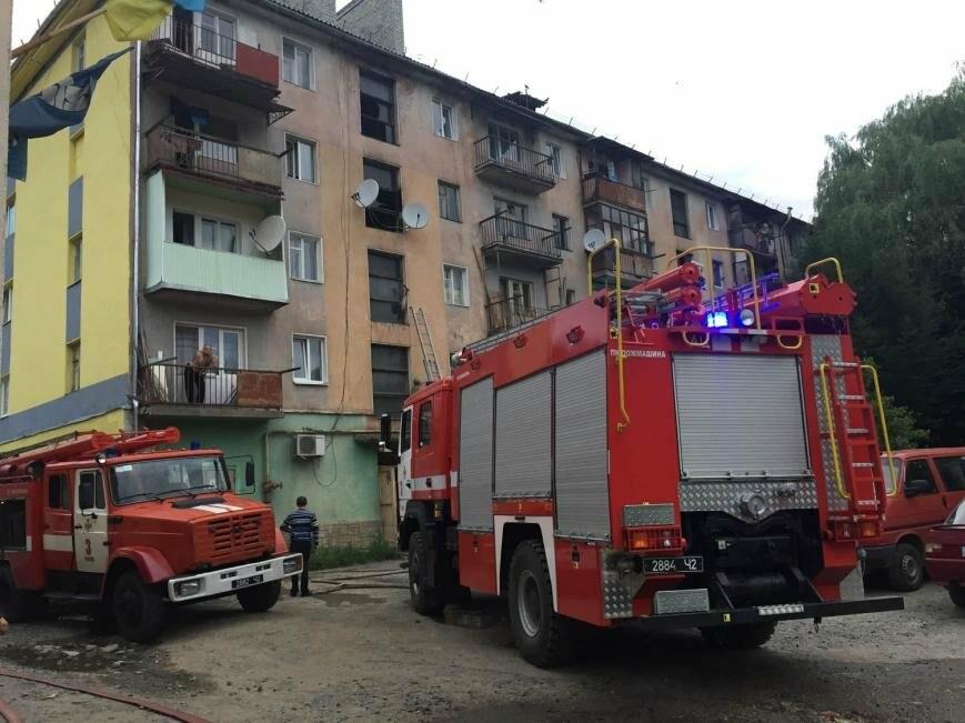 У Рахові з палаючої п'ятиповерхівки евакуювали 11 мешканців квартир: фото , фото-1