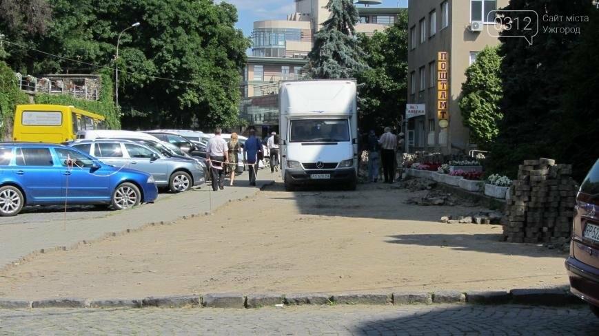 В Ужгороді триває капітальний ремонт тротуарів Поштової площі: фоторепортаж , фото-2