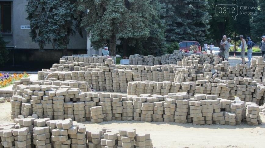 В Ужгороді триває капітальний ремонт тротуарів Поштової площі: фоторепортаж , фото-7