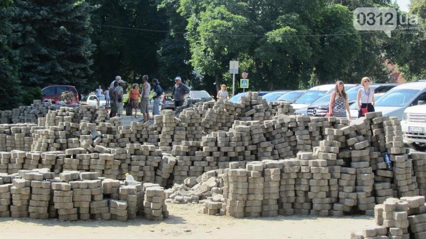 В Ужгороді триває капітальний ремонт тротуарів Поштової площі: фоторепортаж , фото-1
