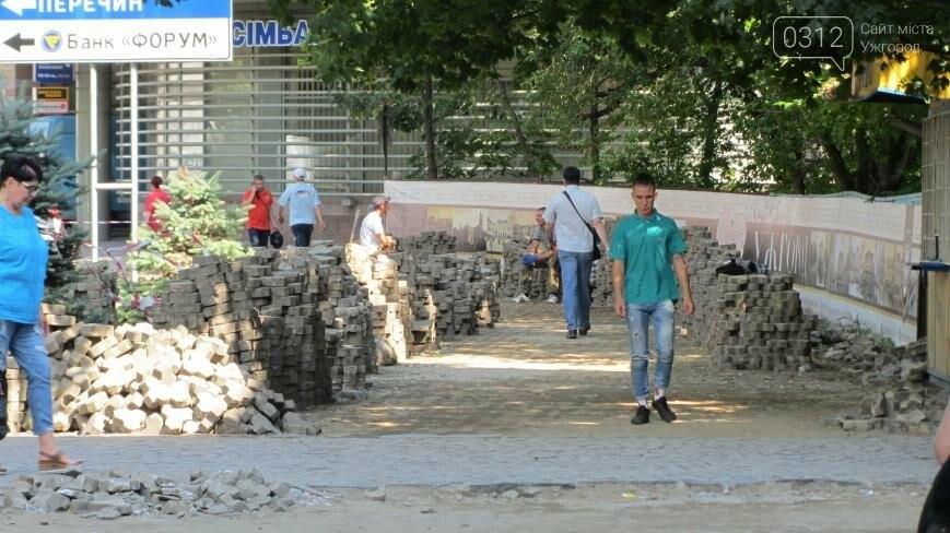 В Ужгороді триває капітальний ремонт тротуарів Поштової площі: фоторепортаж , фото-4