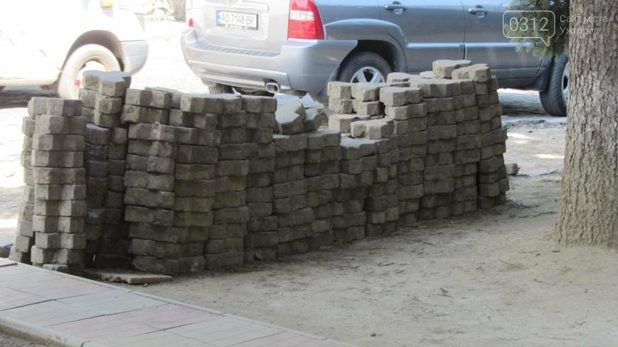 В Ужгороді триває капітальний ремонт тротуарів Поштової площі: фоторепортаж , фото-5