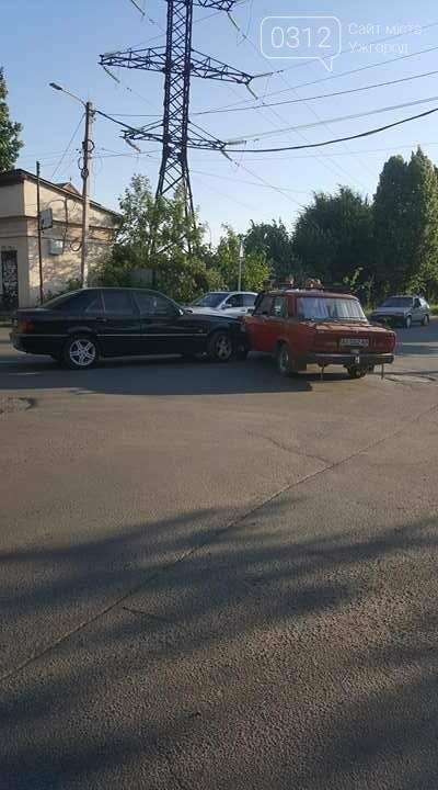"""В Ужгороді на перехресті Загорської та Франка """"Мерседес"""" зіткнувся із """"Жигулем"""" : фото, фото-4"""