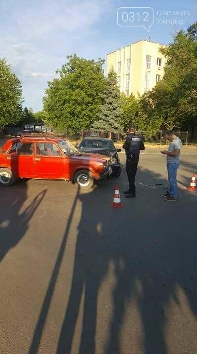 """В Ужгороді на перехресті Загорської та Франка """"Мерседес"""" зіткнувся із """"Жигулем"""" : фото, фото-2"""