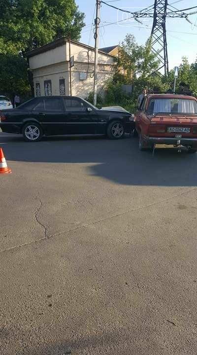 """В Ужгороді на перехресті Загорської та Франка """"Мерседес"""" зіткнувся із """"Жигулем"""" : фото, фото-1"""