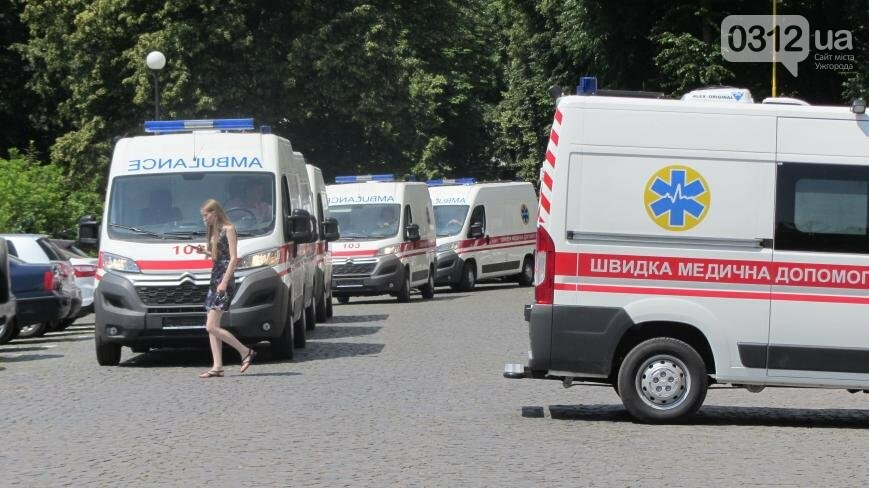 """В Ужгороді медикам на професійне свято презентували 9 швидких """"Сітроєнів"""": фоторепортаж, фото-8"""
