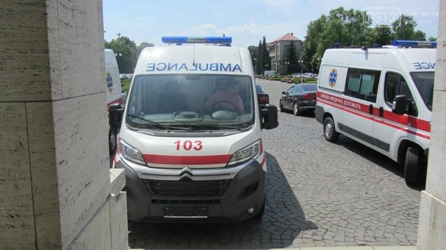 """В Ужгороді медикам на професійне свято презентували 9 швидких """"Сітроєнів"""": фоторепортаж, фото-4"""