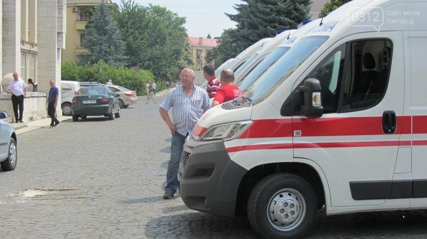 """В Ужгороді медикам на професійне свято презентували 9 швидких """"Сітроєнів"""": фоторепортаж, фото-1"""