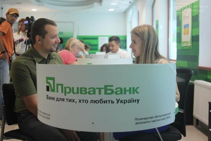 Центральне відділення ПриватБанку в Ужгороді відкрилося у новому покращеному форматі, фото-1