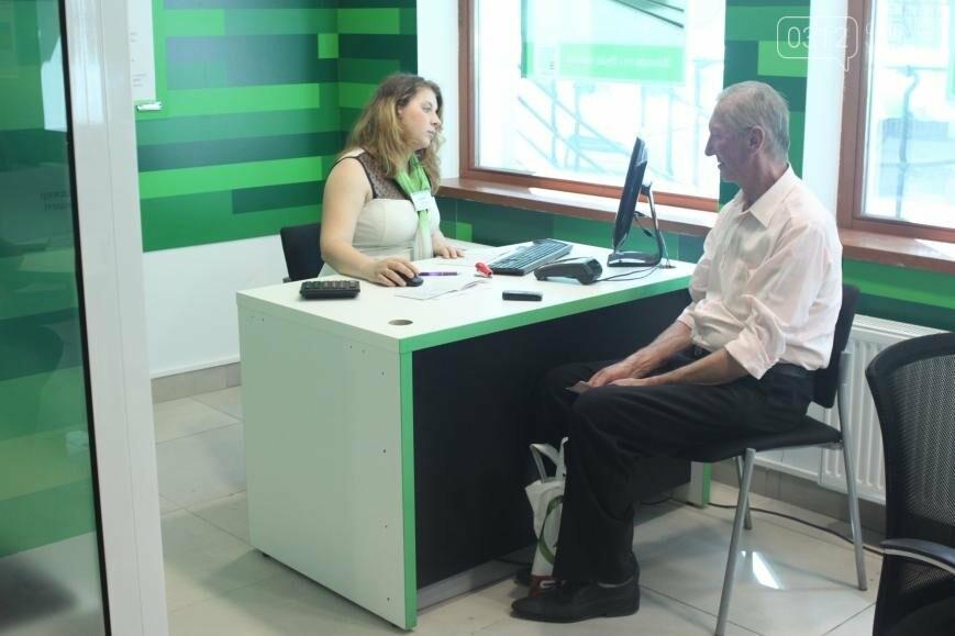 Центральне відділення ПриватБанку в Ужгороді відкрилося у новому покращеному форматі, фото-9
