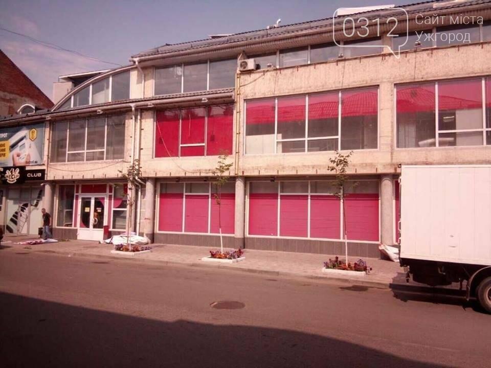 """В Ужгороді """"муніципали"""" зняли з  """"Фокстрота"""" розтяжки з назвою магазину: фото, фото-3"""