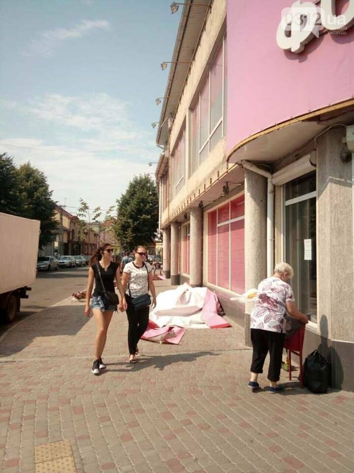 """В Ужгороді """"муніципали"""" зняли з  """"Фокстрота"""" розтяжки з назвою магазину: фото, фото-1"""