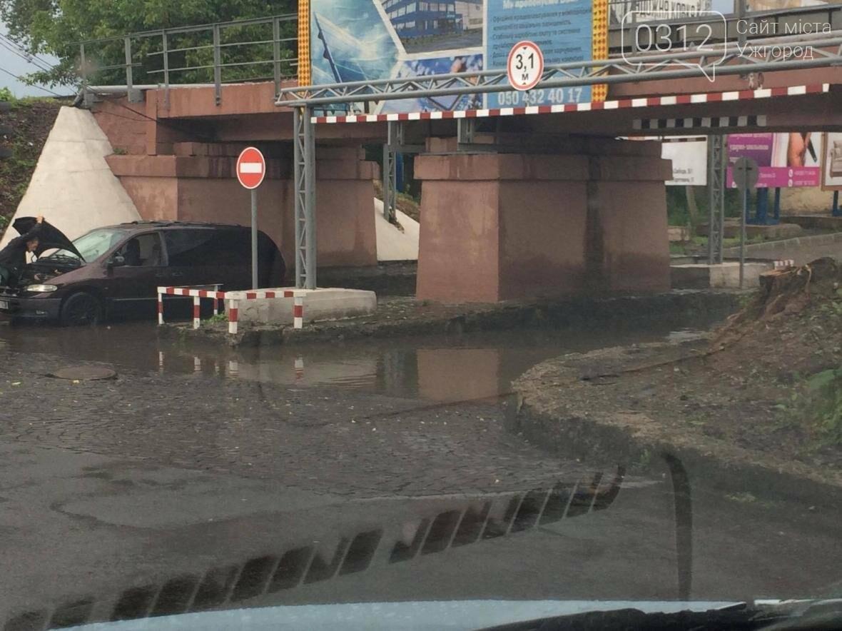 """Ще одна """"жертва"""" затопленого переїзду в Ужгороді - водій мінівену: фото, фото-1"""