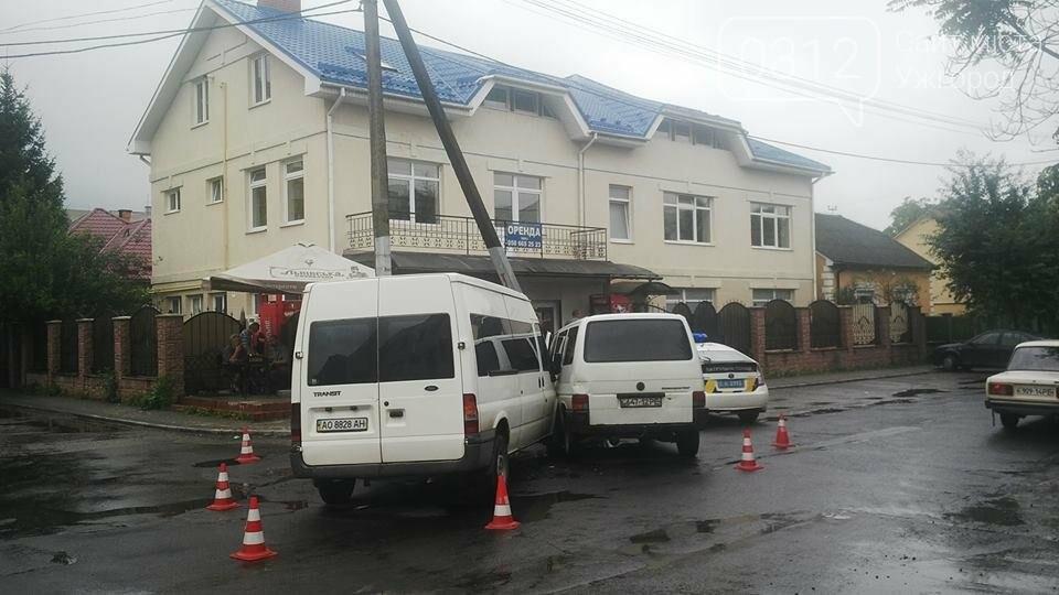 В Ужгороді на Джамбула зіткнулися два мікроавтобуси: фото, фото-1