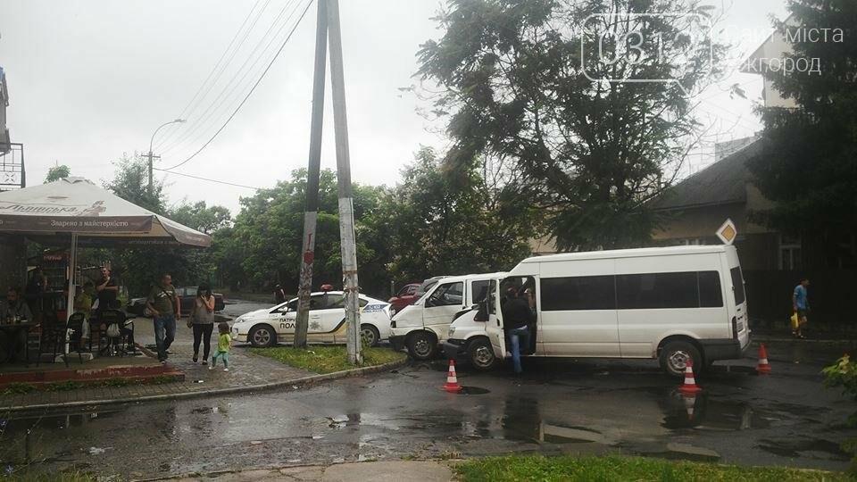В Ужгороді на Джамбула зіткнулися два мікроавтобуси: фото, фото-2