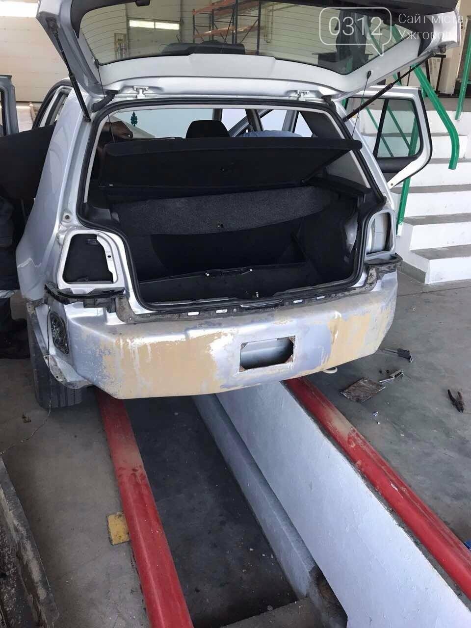 """На КПП """"Ужгород митники через приховані цигарки  вилучили «Volkswagen»: фото, фото-1"""