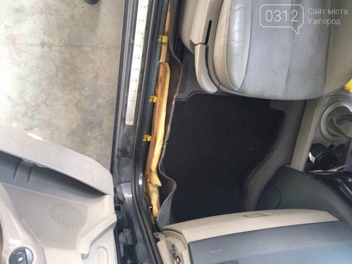 """На КПП """"Ужгород"""" через приховані  460 пачок цигарок вилучили кабріолет «Renault»: фото, фото-8"""