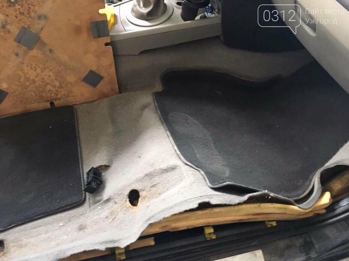"""На КПП """"Ужгород"""" через приховані  460 пачок цигарок вилучили кабріолет «Renault»: фото, фото-5"""