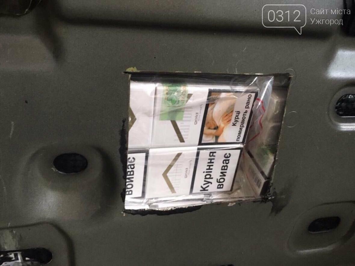 """На КПП """"Ужгород"""" через приховані  460 пачок цигарок вилучили кабріолет «Renault»: фото, фото-3"""