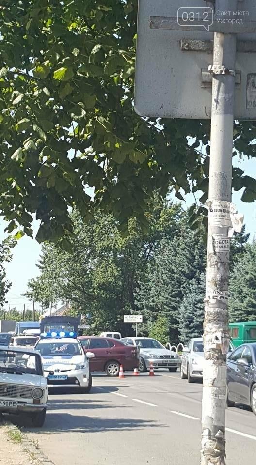 """В Ужгороді біля """"П'яного базару"""" мотоцикліст потрапив під колеса """"Сеата"""": фото, фото-3"""