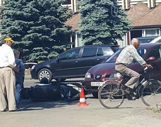 """В Ужгороді біля """"П'яного базару"""" мотоцикліст потрапив під колеса """"Сеата"""": фото, фото-1"""
