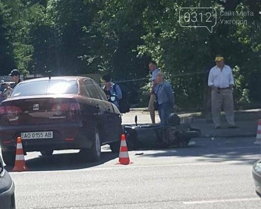 """В Ужгороді біля """"П'яного базару"""" мотоцикліст потрапив під колеса """"Сеата"""": фото, фото-2"""