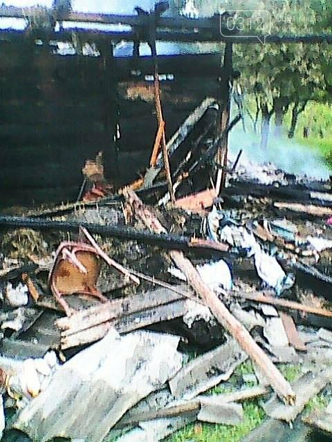Пожежу у дерев'яному будинку на Тячівщині гасили 8 рятувальників на 3-х машинах: фото, фото-2