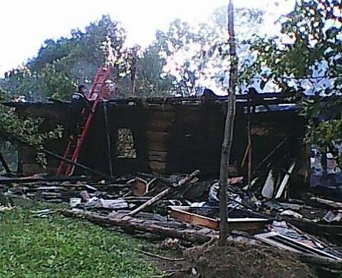 Пожежу у дерев'яному будинку на Тячівщині гасили 8 рятувальників на 3-х машинах: фото, фото-1