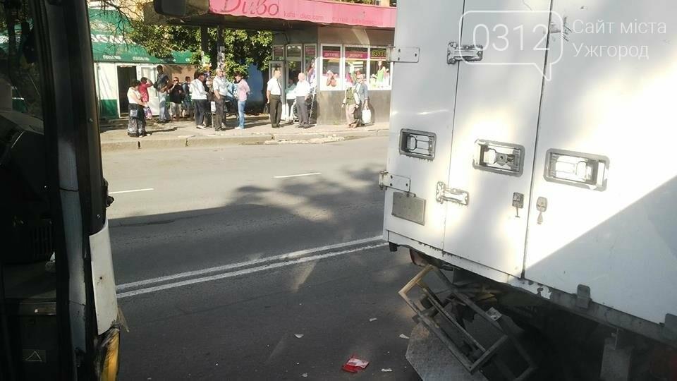 В Ужгороді біля автовокзалу зіткнулися автобус та вантажівка: фото, фото-2