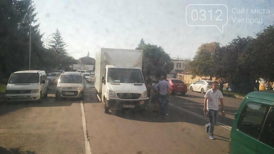 В Ужгороді біля автовокзалу зіткнулися автобус та вантажівка: фото, фото-1