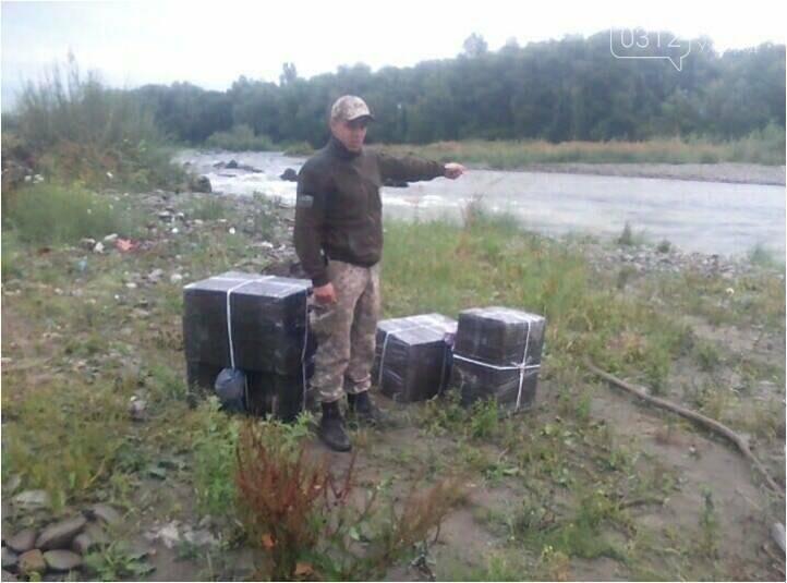 Контрабандисти залишили на україно-румунському кордоні 3 000 пачок цигарок і втекли: фото, фото-1