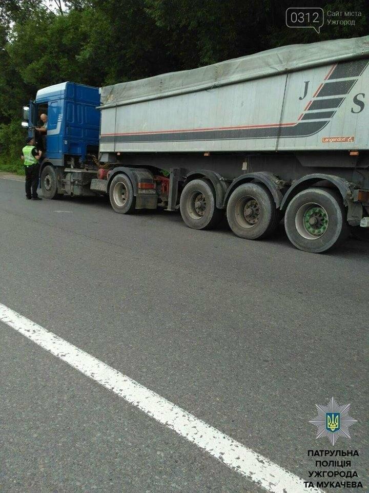 Патрульні Ужгорода та Мукачева зупиняють водіїв і просять пристебнутися: фото, фото-3